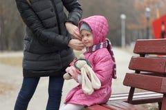 Soins de mère pour sa fille en plein air Photos stock