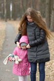 Soins de mère pour sa fille en plein air Images stock