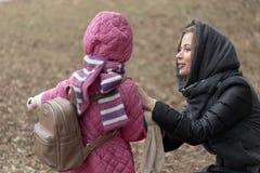 Soins de mère pour sa fille en plein air Images libres de droits