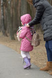 Soins de mère pour sa fille en plein air Photographie stock