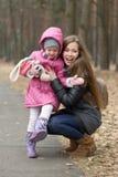 Soins de mère pour sa fille en plein air Photographie stock libre de droits