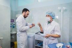 Soins de santé : Docteur et patient discutant des résultats de sang-essai Photos stock