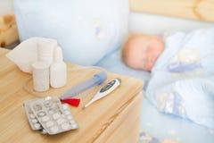 Soins de santé - drogues et tissu avec le bébé malade Image libre de droits