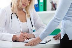 Soins de santé et concept médical - docteur avec le patient dans l'hôpital images stock