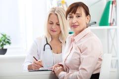 Soins de santé et concept médical - docteur avec le patient dans l'hôpital Images libres de droits