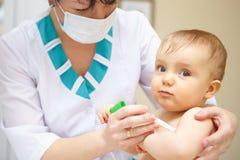 Soins de santé et traitement de bébé. Symptômes médicaux. Montant éligible maximum de la température Photo libre de droits