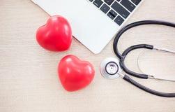 Soins de santé de foyer avec le stéthoscope et l'ordinateur sur le bureau de docteur, Photos libres de droits