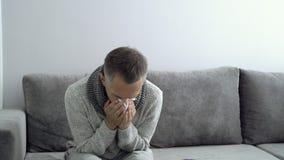 Soins de santé, grippe, hygiène et concept de personnes Nez de soufflement malade d'homme ? la serviette de papier ? la maison banque de vidéos