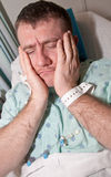 Soins de santé : Homme chargé dans l'hôpital Photos stock