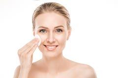 Soins de santé mûrs de beauté de femme d'isolement sur le blanc Photographie stock