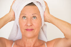 Soins de santé mûrs de station thermale de femme Images stock