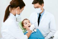 Soins de santé oraux Procédure de Doctors Making Examination de dentiste image libre de droits