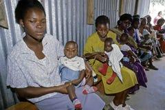 Soins de santé pour les bébés kenyans dans le taudis, Nairobi Photo stock