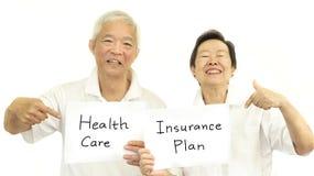 Soins de santé de couples et concept supérieurs asiatiques heureux de régime d'assurance Image stock