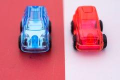 Soins en plastique rouges et bleus sur le fond contrastant Photo libre de droits