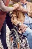 Soins médicaux : soutien d'homme supérieur dans le fauteuil roulant Images libres de droits