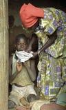 Soins ougandais pluss âgé de femme pour l'petit-enfant Photos stock
