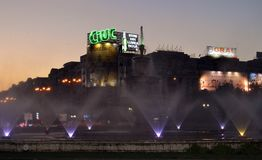 Soirée à Bucarest, Roumanie : la fontaine dans la place d'Unirii Image libre de droits