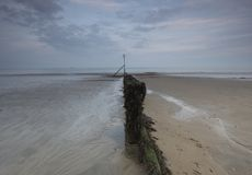 Soirée à la plage de Sandown avec les sables et les cieux plats d'automne Image libre de droits