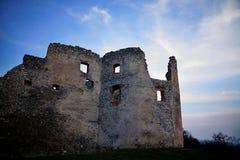 Soirée au-dessus de ruine de tour de château d'Oponice, Slovaquie Photographie stock libre de droits