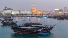 Soirée au jour de baie de Doha au timelapse de nuit avec les bateaux de pêche en bois traditionnels de dhaw banque de vidéos