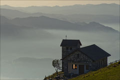 Soirée brumeuse dans les montagnes suisses Photos stock