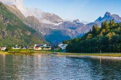 Soirée chaude d'été dans les montagnes contre le contexte du lac norway Photographie stock libre de droits