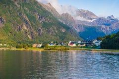 Soirée chaude d'été dans les montagnes contre le contexte du lac norway Photos stock