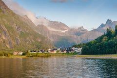 Soirée chaude d'été dans les montagnes contre le contexte du lac norway Images stock