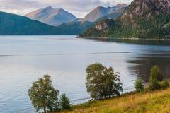 Soirée chaude d'été dans les montagnes contre le contexte du lac norway Photos libres de droits