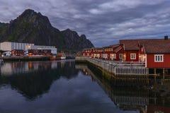 Soirée chez Svolvaer dans des îles de Lofoten, Norvège image stock
