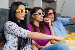 Soirée cinéma d'amusement avec des amies Image stock