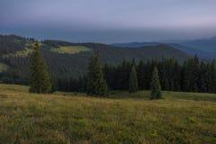 Soirée d'été après coucher du soleil dans les Carpathiens Photo stock