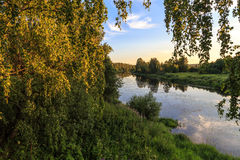Soirée d'été après un jour chaud sur la rivière Photo libre de droits