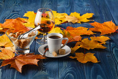 Soirée d'automne avec du café et le cognac Photo libre de droits