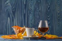 Soirée d'automne avec du café et le cognac Photo stock