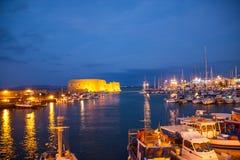 Soirée dans un petit port grec Images stock