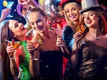 Soirée dansante avec les personnes de groupe dansant et la boule de disco Photo stock