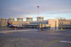 Soirée de décembre sur l'aéroport de Pulkovo, St Petersbourg Images libres de droits