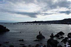 Soirée de l'Italie, Sicile dans la baie de cyclopes photo stock