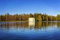 Soirée de mai au lac blanc au pavillon de Vénus Gatchina Images stock