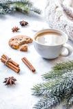 Soirée de Noël avec la tasse de fond de blanc de cacao photo stock