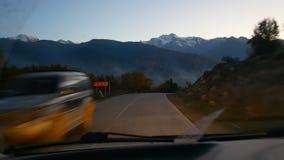 Soirée de route de montagne banque de vidéos