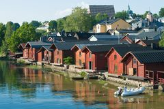 Soirée de Sunny July sur la rivière de Porvonjoki Vieille ville Porvoo photo stock
