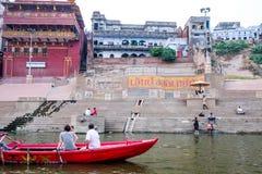 Soirée de Varanasi à la rivière de Ganga Image stock
