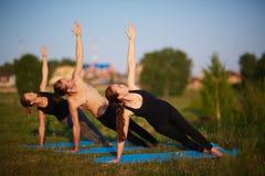 Soirée de yoga avec des amis Photos stock