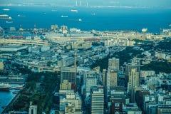 Soirée des immeubles de bureaux et du chantier de construction qui est évident de la tour de point de repère de Yokohama images libres de droits