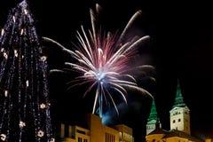 Soirée du Nouveau an avec des feux d'artifice dans la ville photo libre de droits