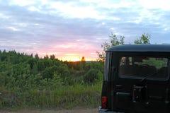 Soirée, nature d'été, tout en voyageant sur un véhicule de haut-terrain, au-dessus de terrain accidenté et de routes intérieures Photographie stock