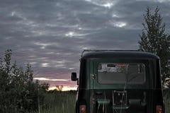 Soirée, nature d'été, tout en voyageant sur un véhicule de haut-terrain, au-dessus de terrain accidenté et de routes intérieures Image stock